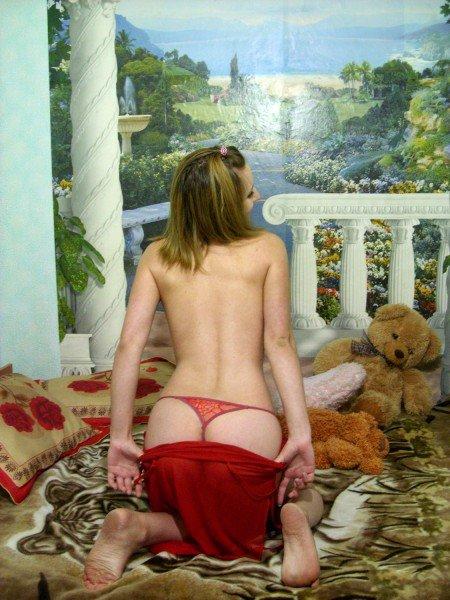 Девушка раздевается сексуально дома