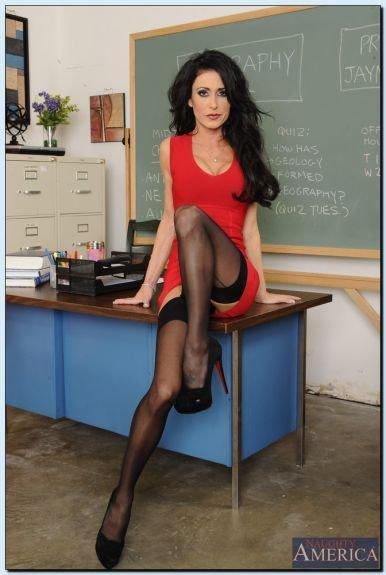 Сексапильная преподавательница в красном платье
