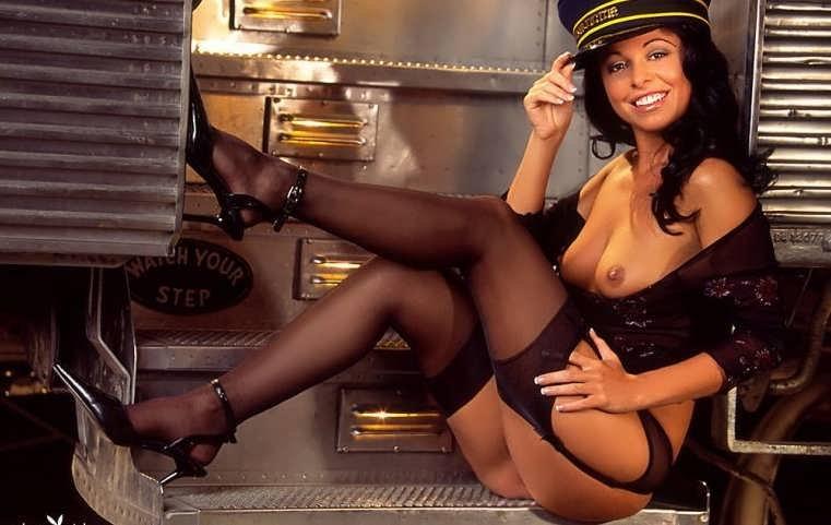 Сочная попа кудрявой брюнеточки в униформе  (15 эротических снимков) секс фото