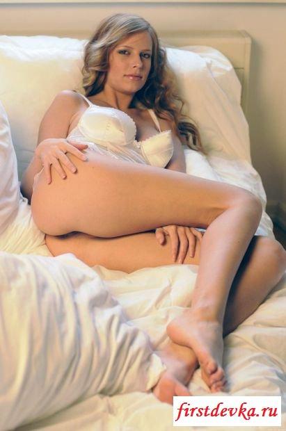 Раздетая фрау Кармен Джемини в кровати на изображениях