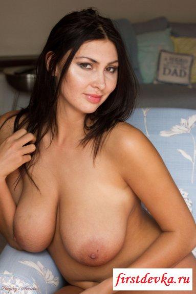Сексуальная грудь горячей брюнетки