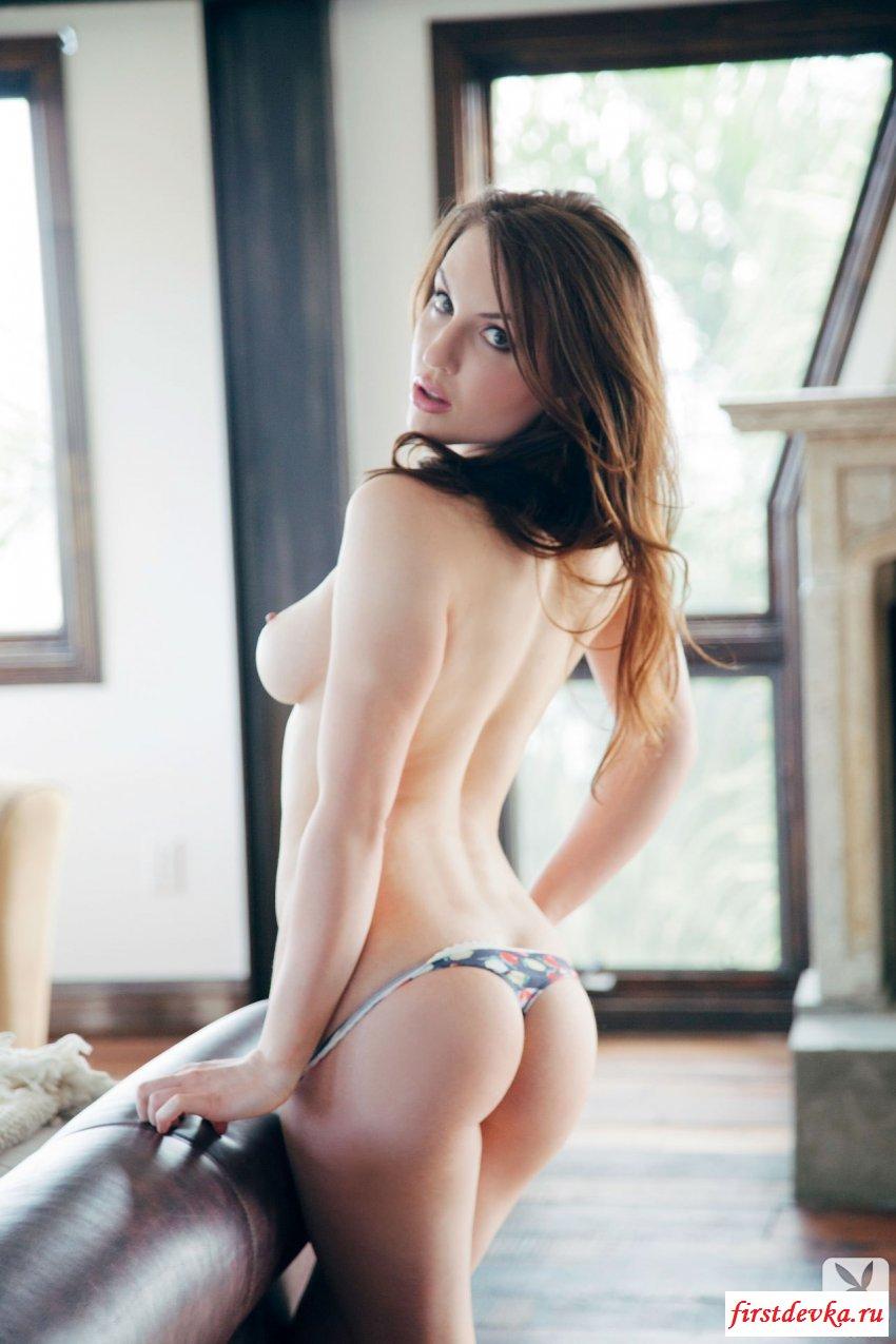 Сексуально восхищает обнажённым бюстом