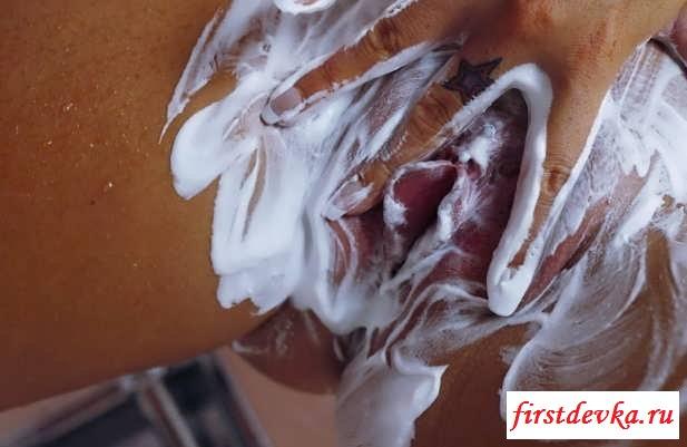 Обнаженная в душе блондинка с силиконовыми сиськами (15 фото эротики)