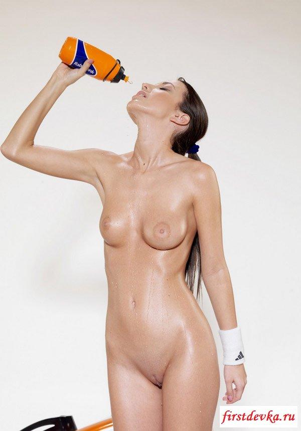 Мокренькая от пота раздетая спортивная француженка