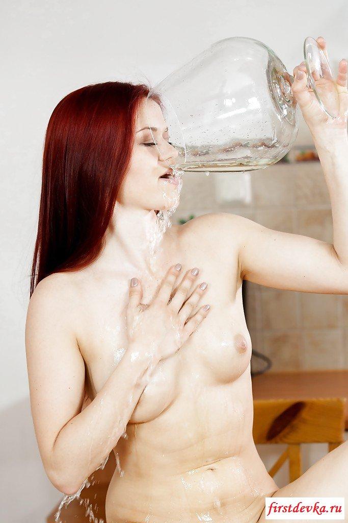 Обнаженная рыжеволосая девка нассала в бокал и выпила