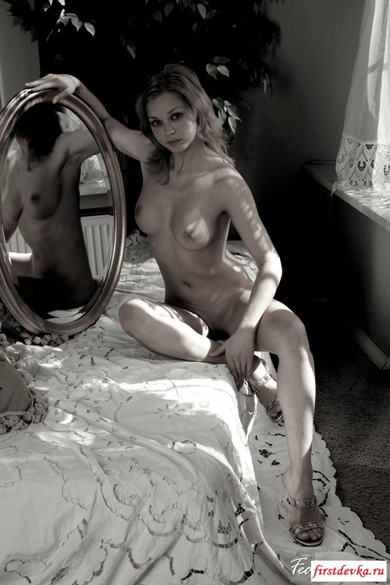 Голая баба на нежных фото у зеркала