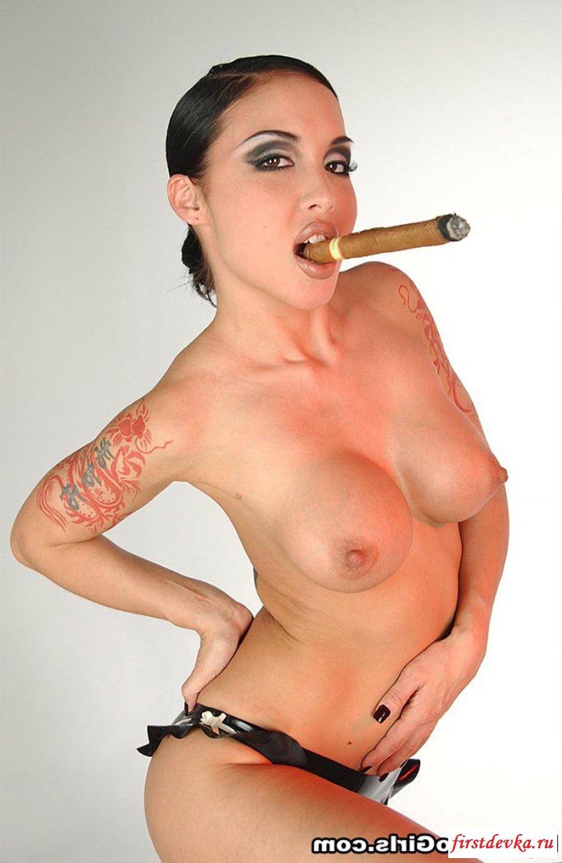 Обнаженные крали смалят сигареты и хвастают собой