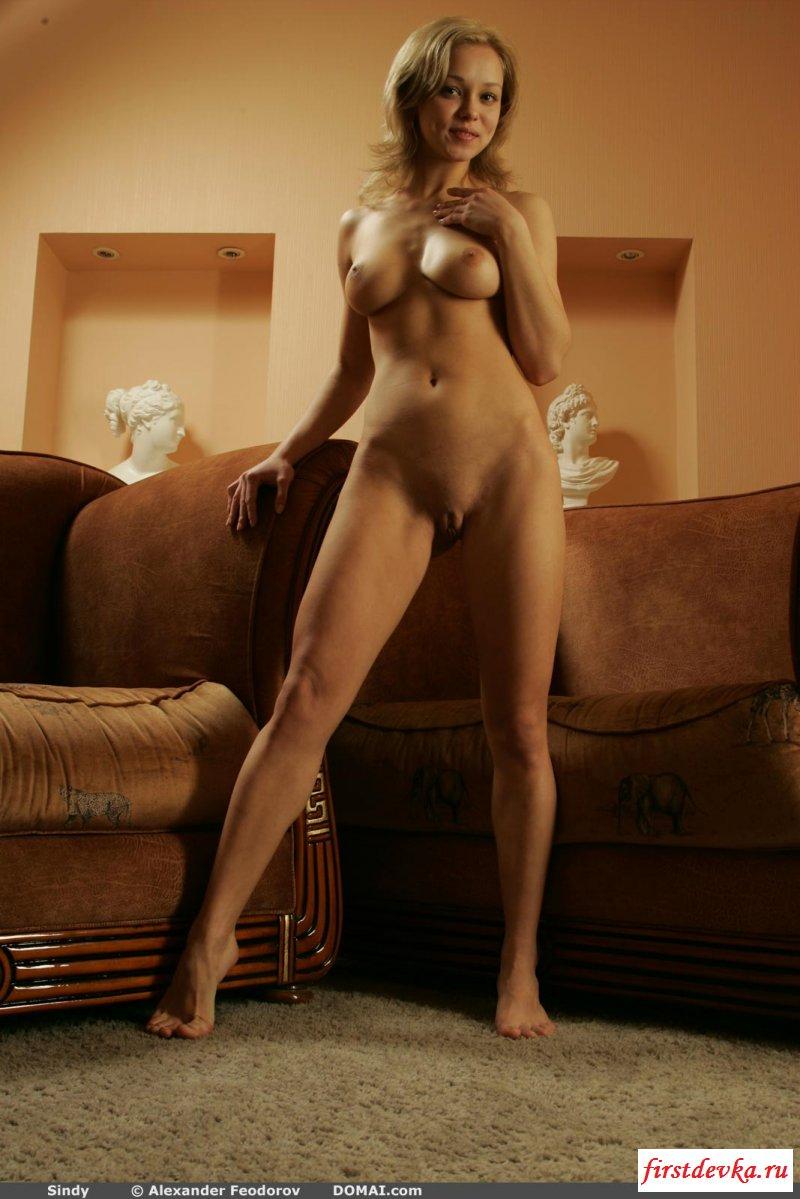 Белокурая обнаженная кукла с идеальными грудями