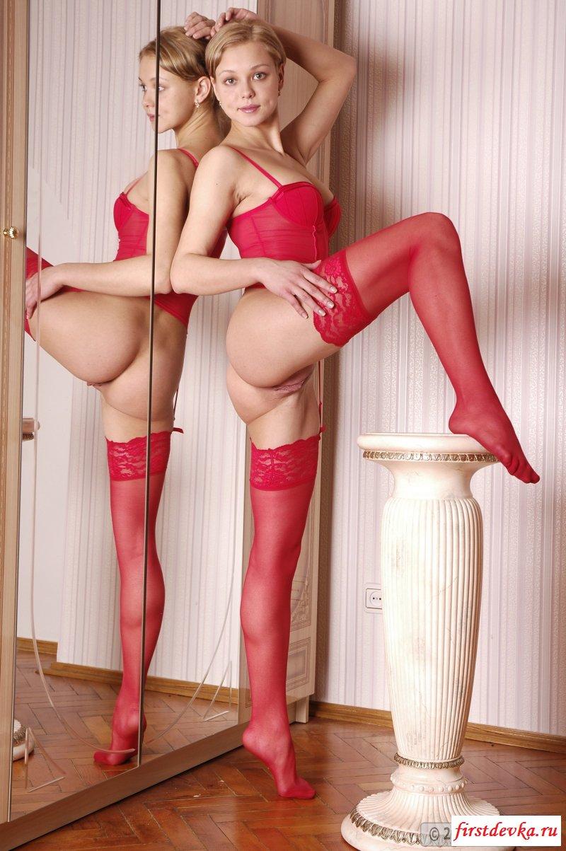 Позирование обнаженной до вагины балерины в красном