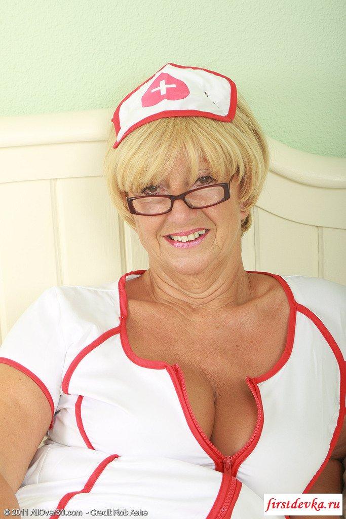 Зрелая киска в униформе медсестры обнажает интимности