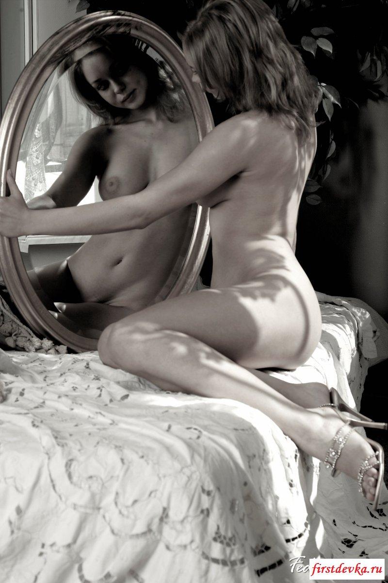 Позирование обнаженной домохозяйки перед зеркалом