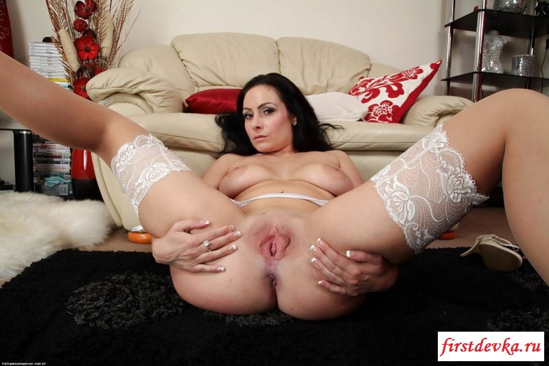 Хозяйка квартиры с голым широким анусом