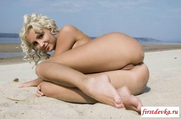 Как девки отдыхают у моря без белья