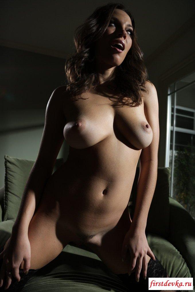 Пухлая нагая писюха соседской женушки секс фото