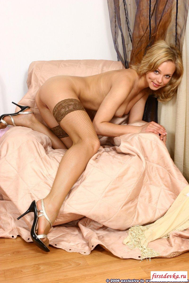 Блонди с шелковистыми локонами и без трусов титьками смотреть эротику