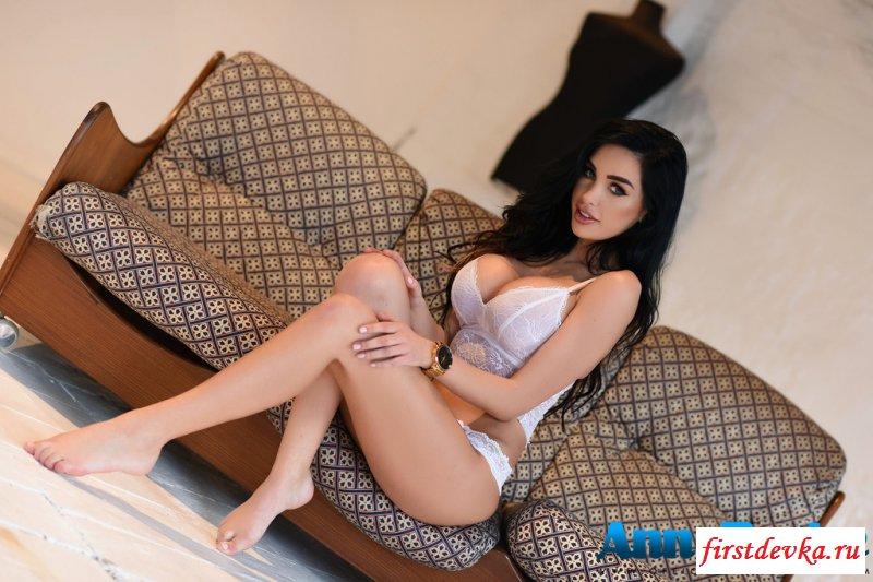 Телка с эротичным ротиком и идеальными сиськами секс фото