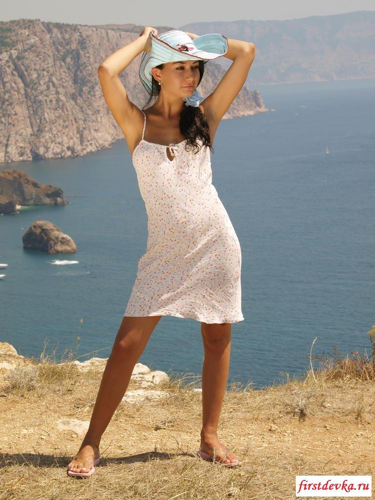 Туристка покоряет вершины с голыми сиськами