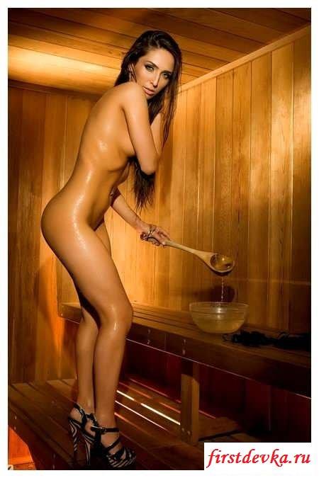 Брюнетка раздевается в бане и позирует