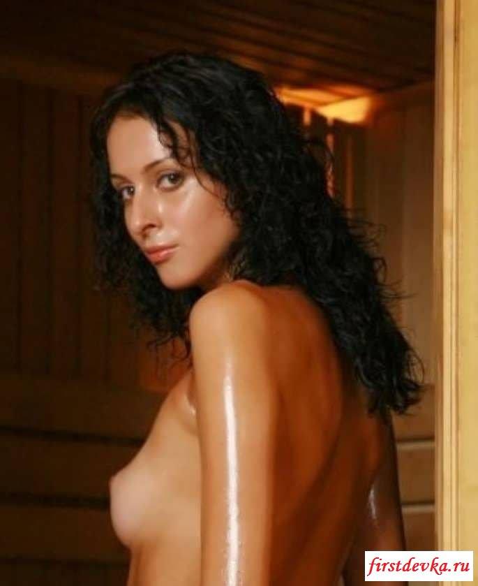 Малышка позирует в бане голышом секс фото
