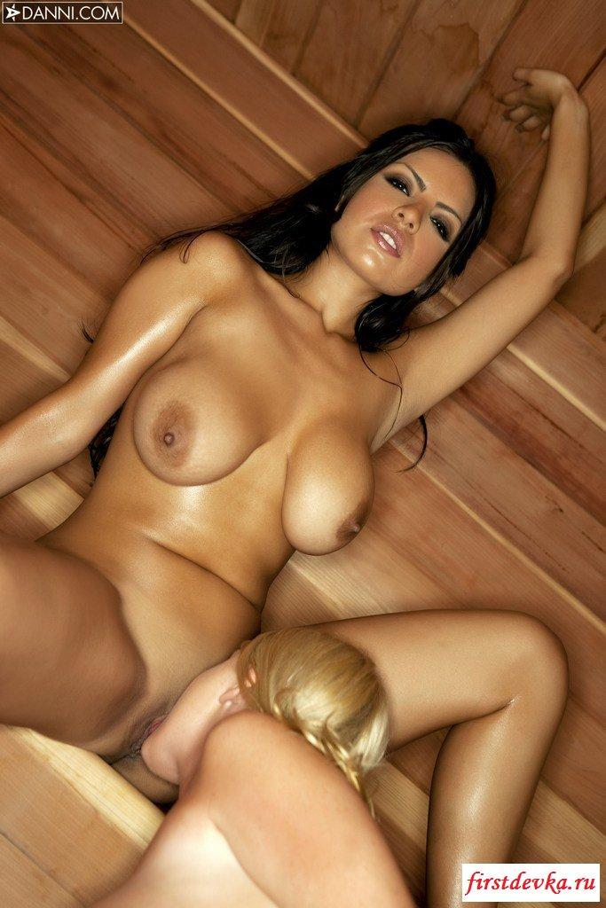 Две красоточки в бане устраивают эротику секс фото