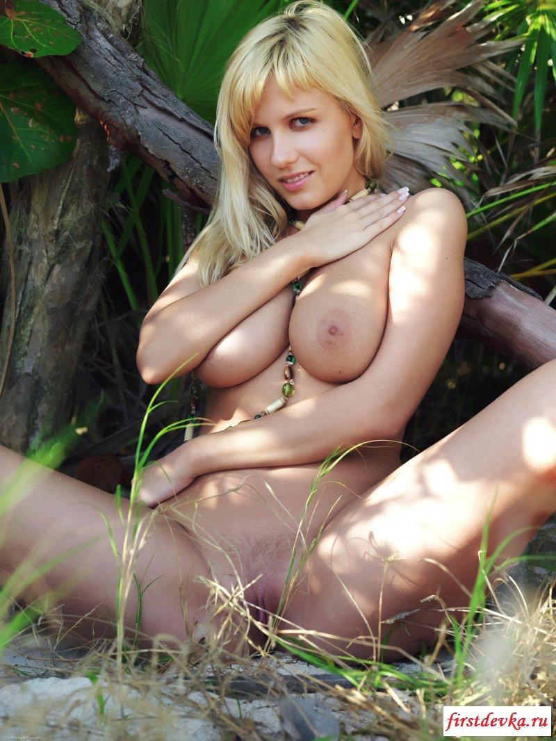 Титястенькая блондинка обнажилась в лесу