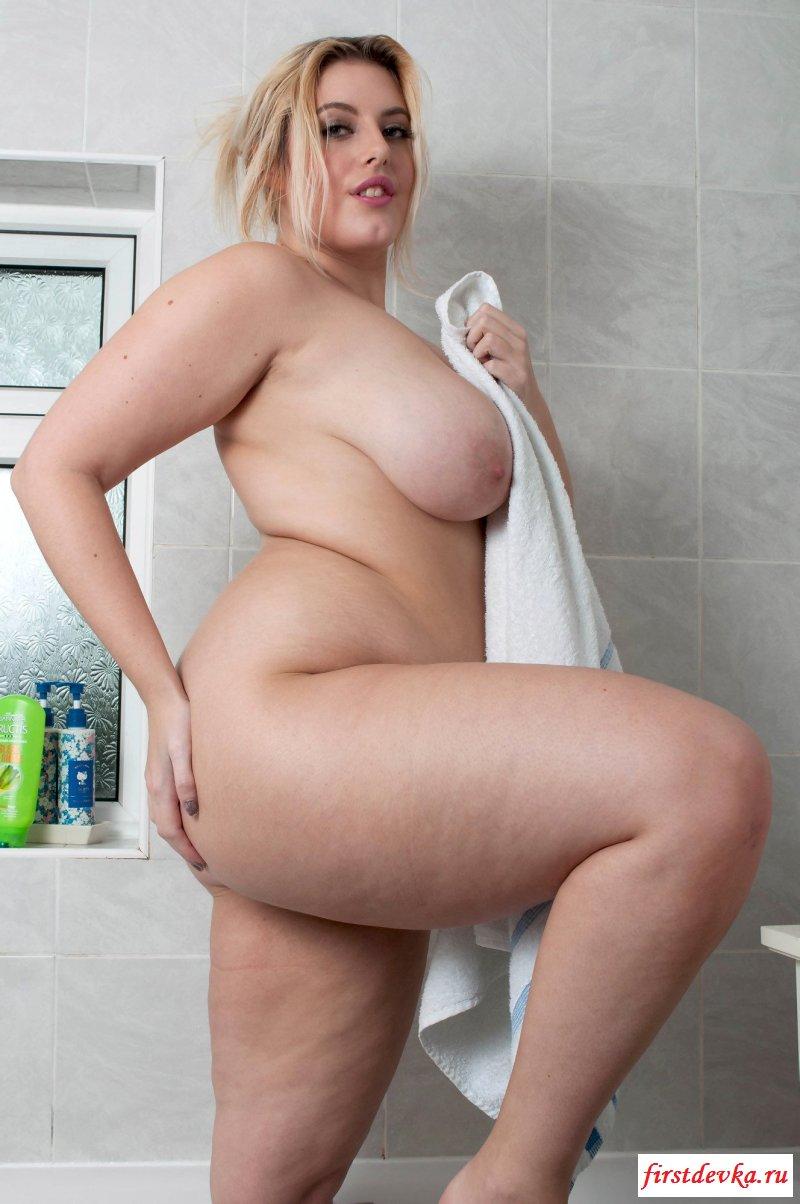 Крутая обнаженная сучка принимает ванную секс фото