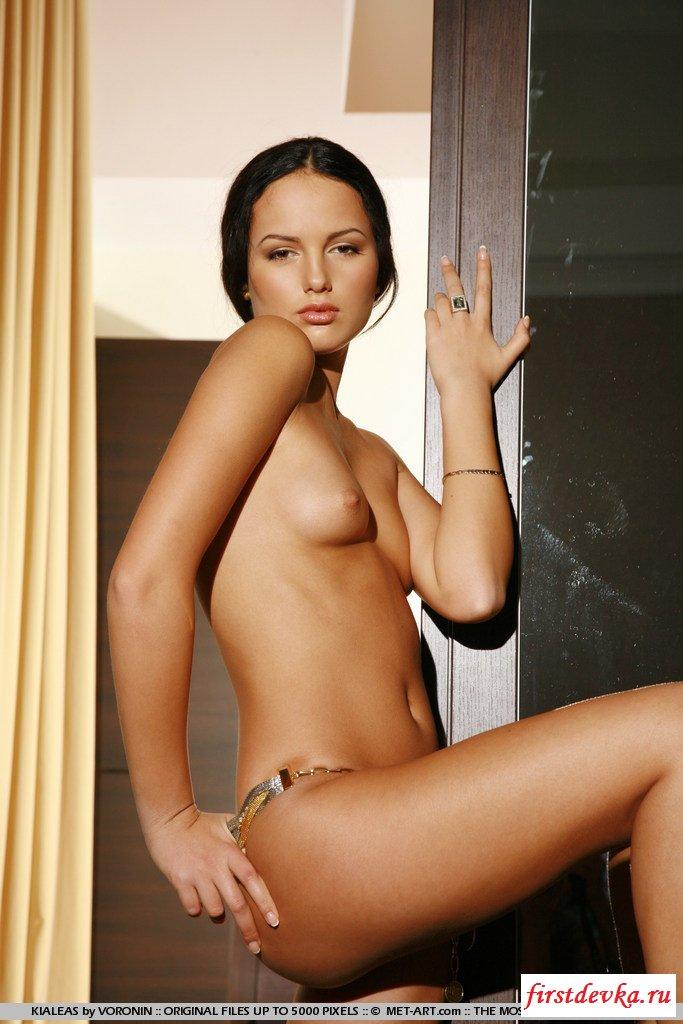 Изящная девка круто обнажается секс фото