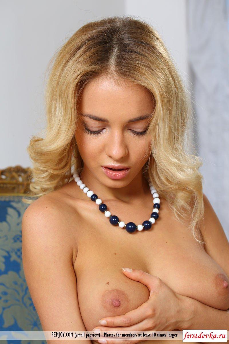 Славянская чика желает красоваться без трусиков