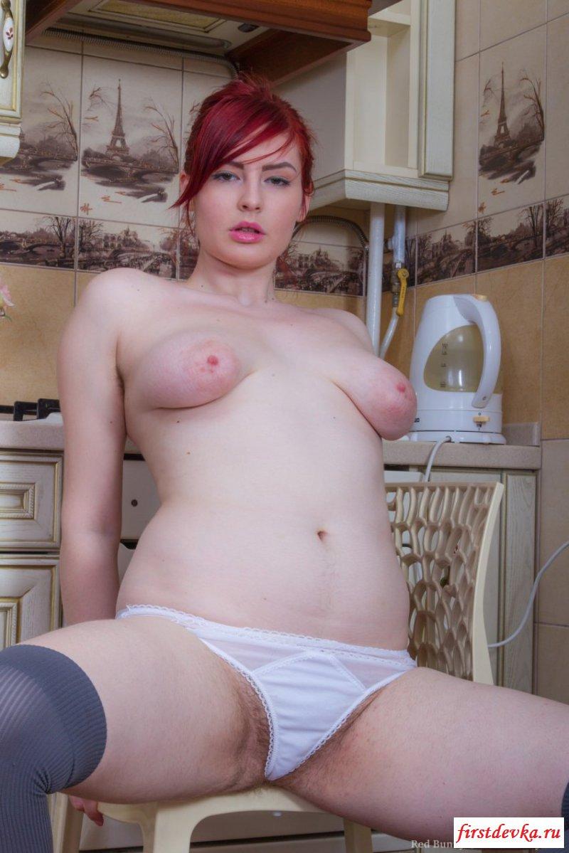 На кухне хозяйничает раздетая жена