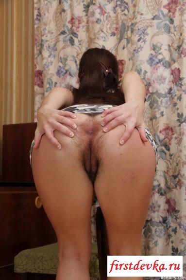 Симпатичная дама показывает голую сраку