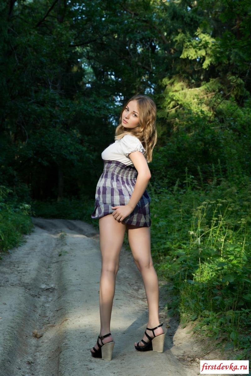 Славянка классно гуляет по лесу обнаженной