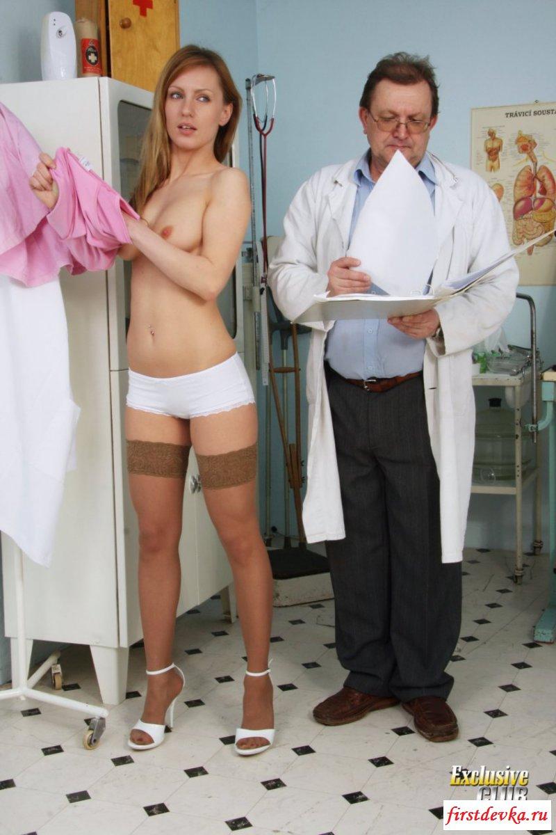 Чика без одежды на приеме у врача