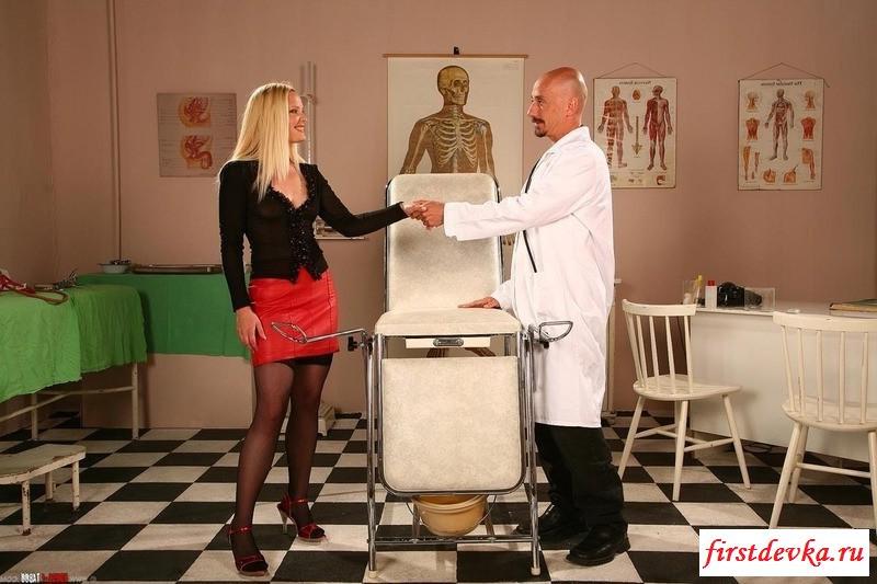 Раздетая красотка на приеме у своего доктора