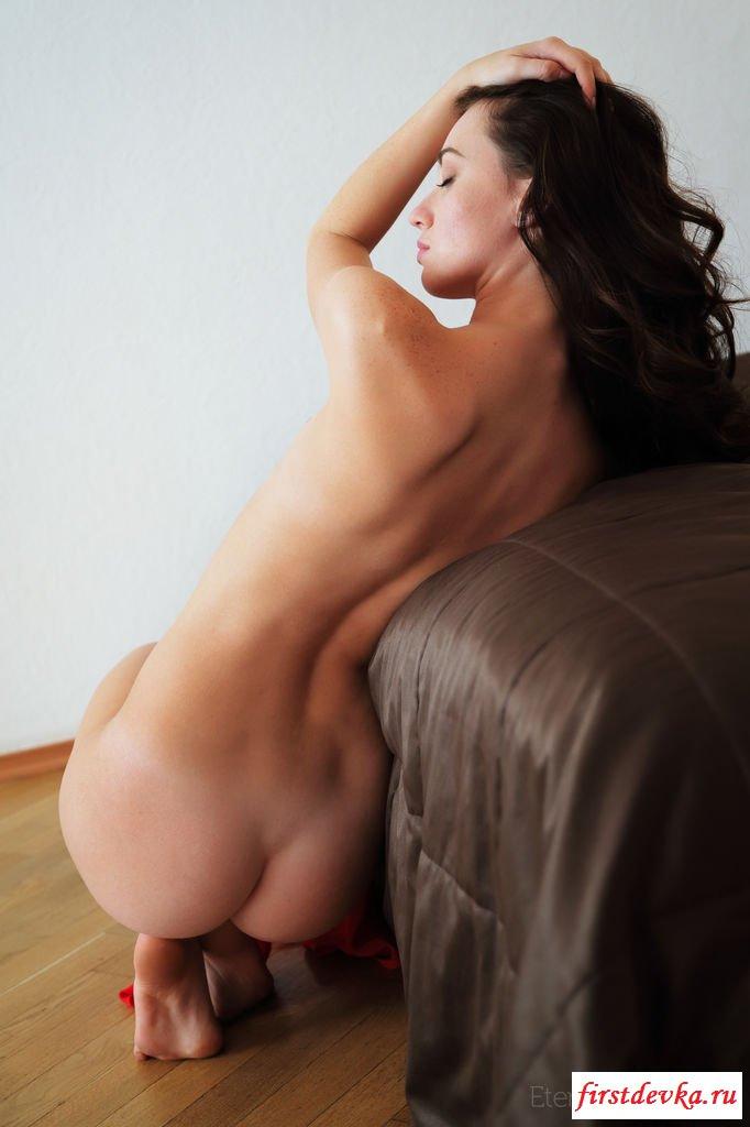 Красивая обнаженка от голой няшки