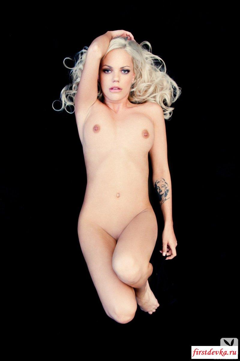 Возбуждающая клубничка от голенькой сучки со свелыми волосами