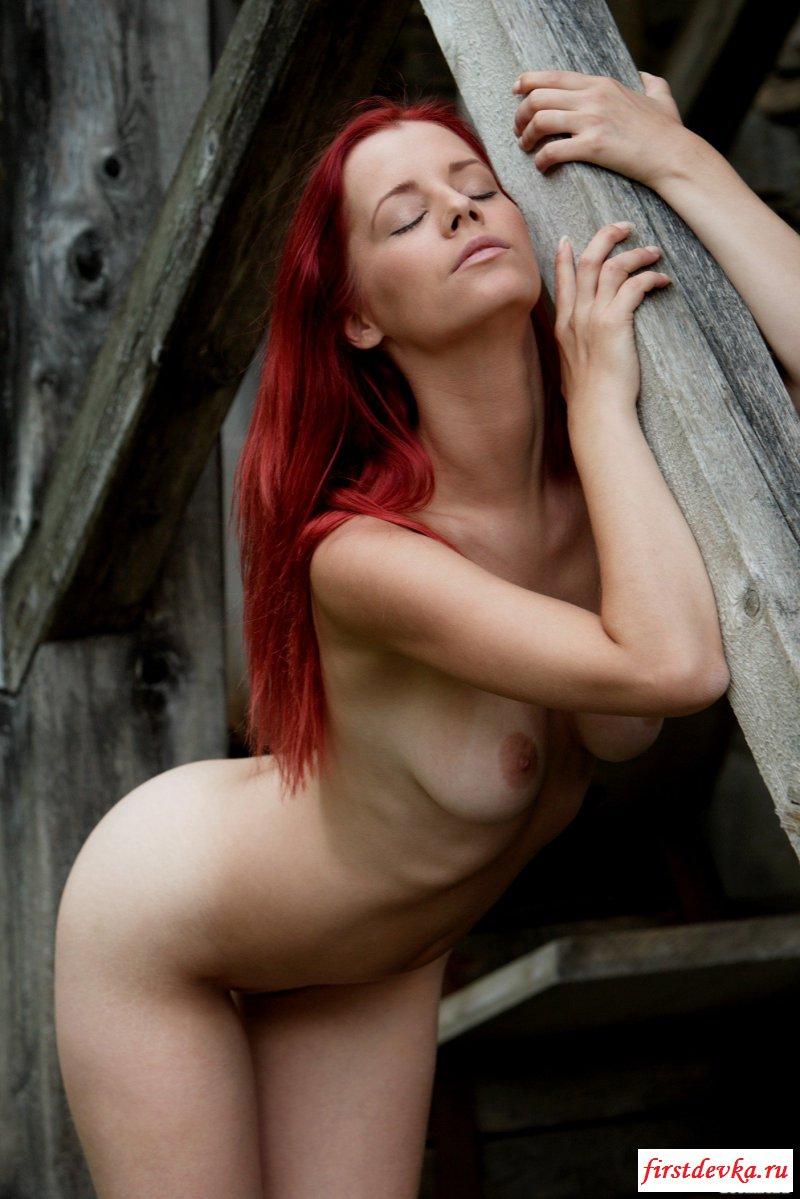 Голая милашка с красными волосами возбуждено фоткается