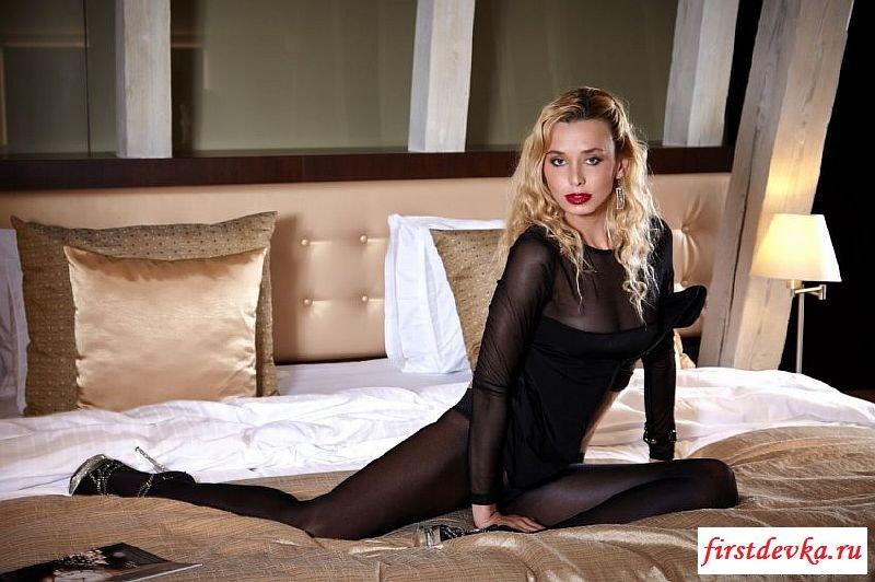 Сексуальная давалочка эротично раздевается в постели
