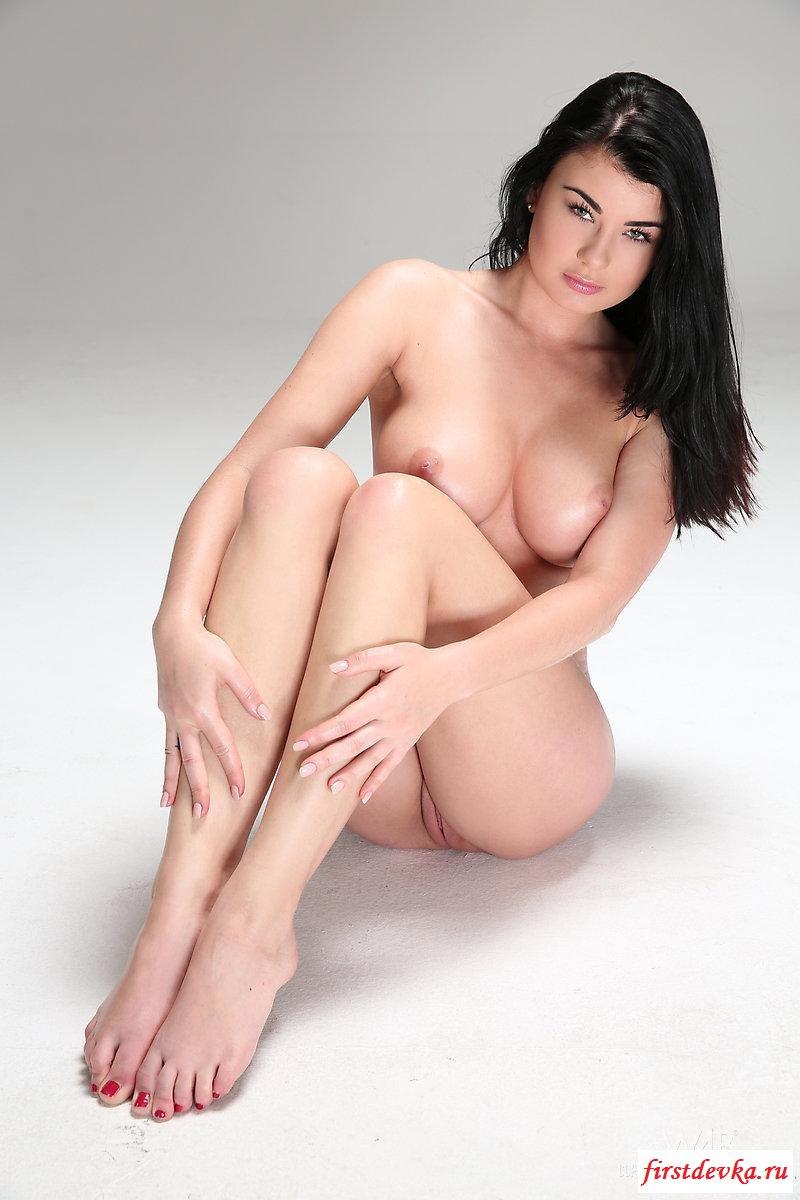 Девица выставляет напоказ голые буфера во всей красе секс фото