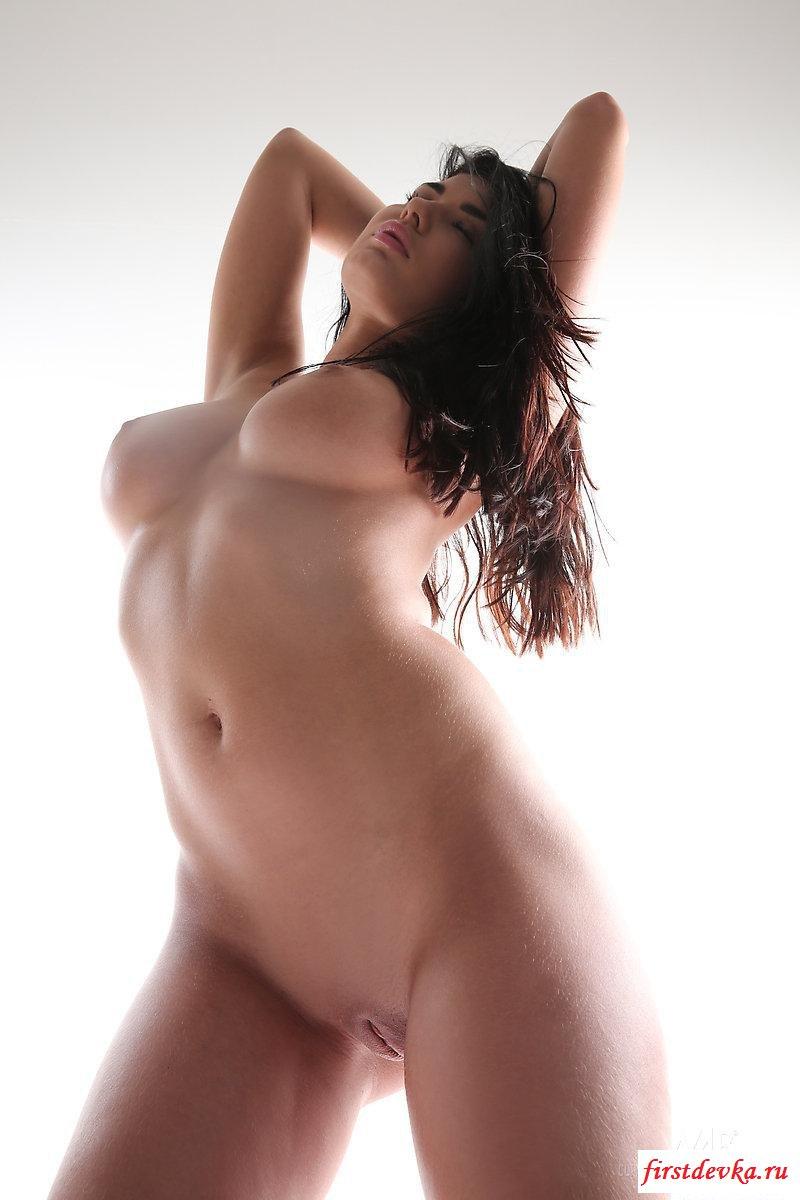 Шалава показывает голое тело во всей красе