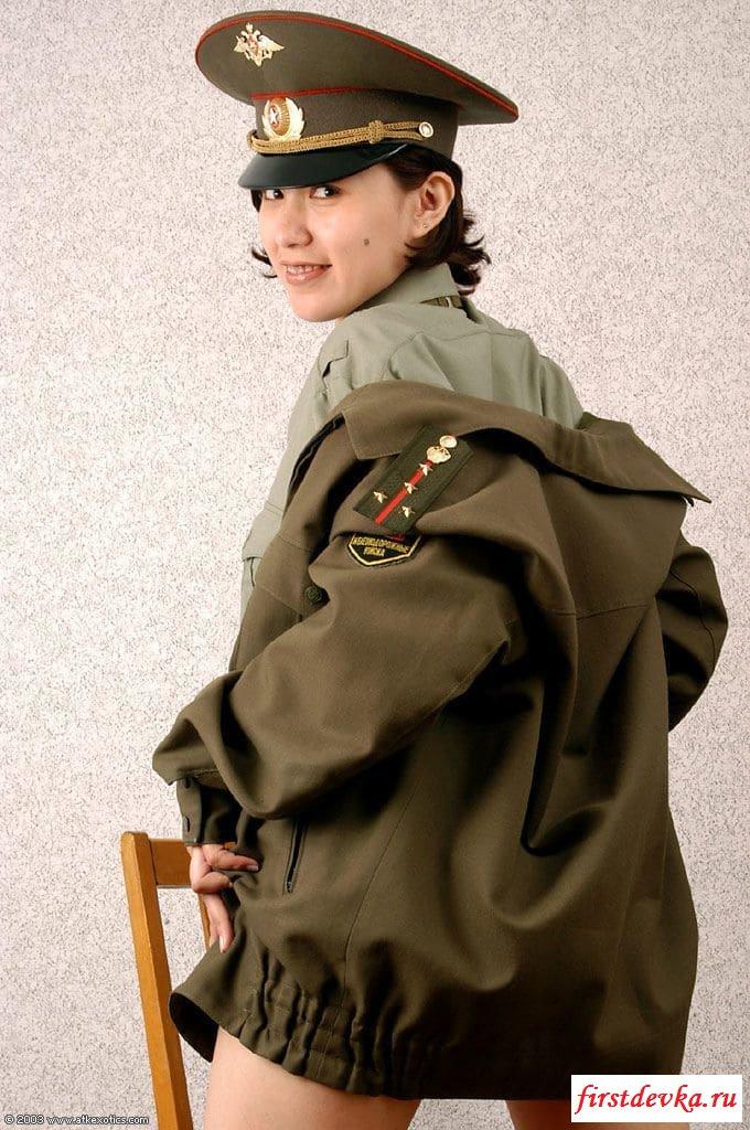 Японочка в военной форме снимает одежду смотреть эротику