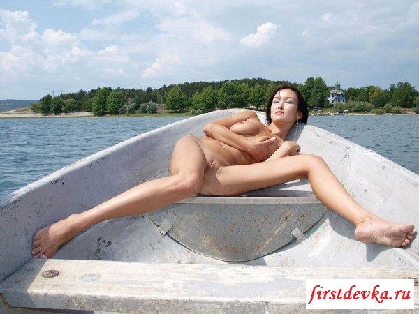 Юнец уломал любимую девушку на эротическую фотосессию