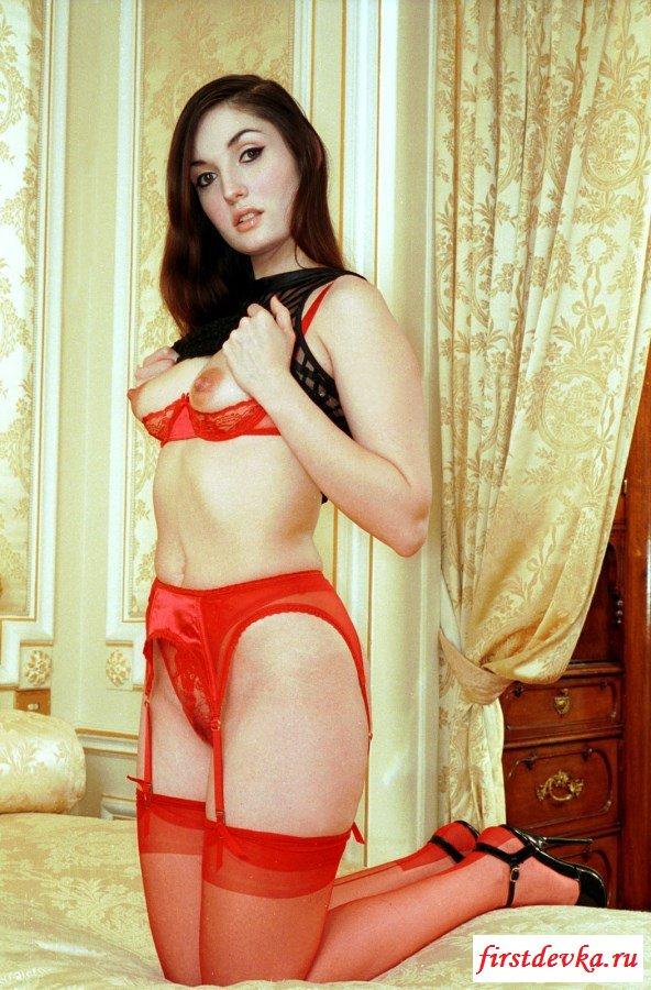 Классная проститутка обнажает туловище в комнате