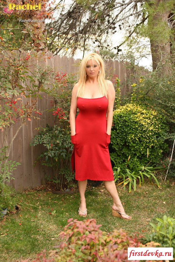 Блондинка без трусиков светит голыми сиськами