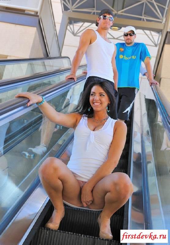 Возбужденная нудистка оголила писю на эскалаторе