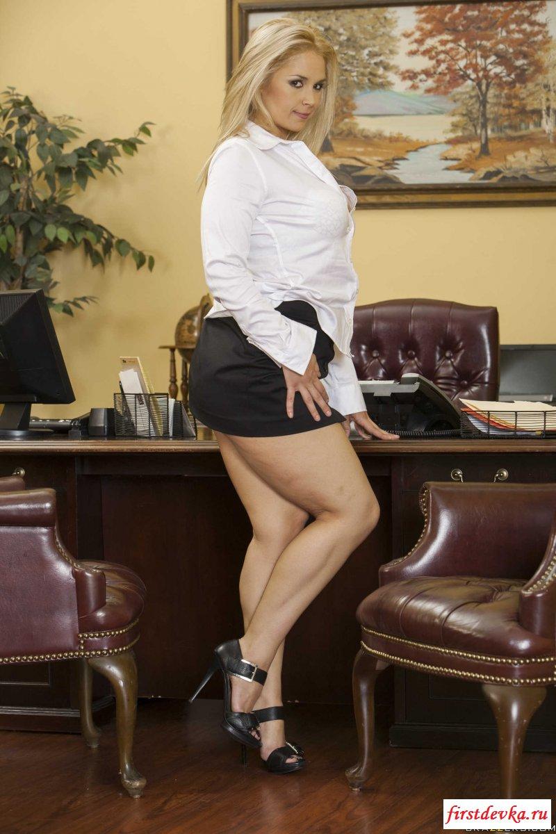 Светловолосая девушка замутила эротику на работе