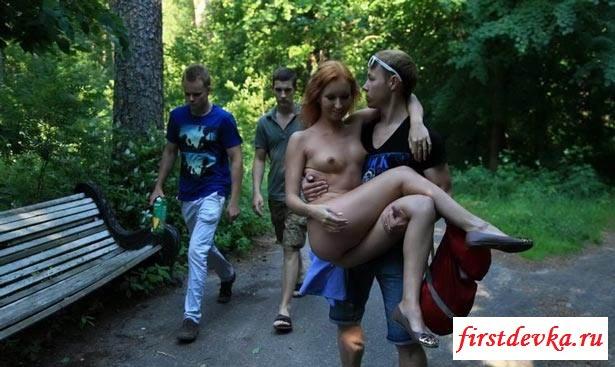 Раздетая бестия гуляет в парке секс фото