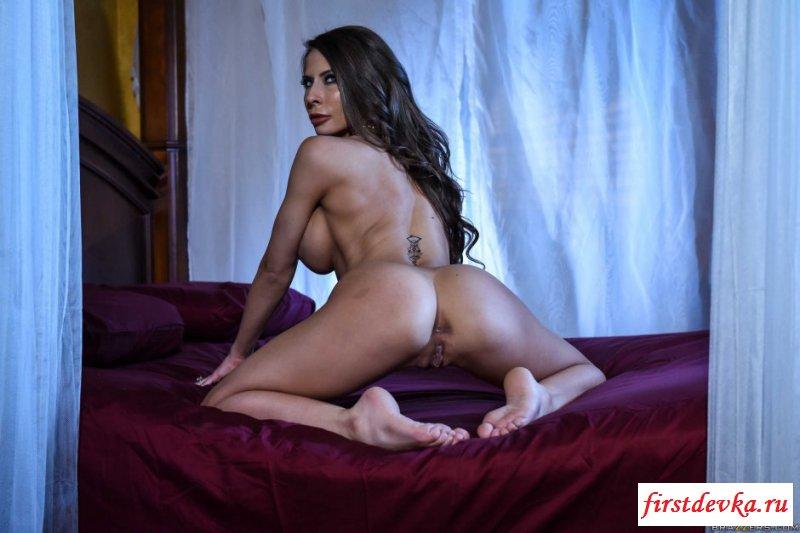 Снимки сексуальной милфы с большими сиськами