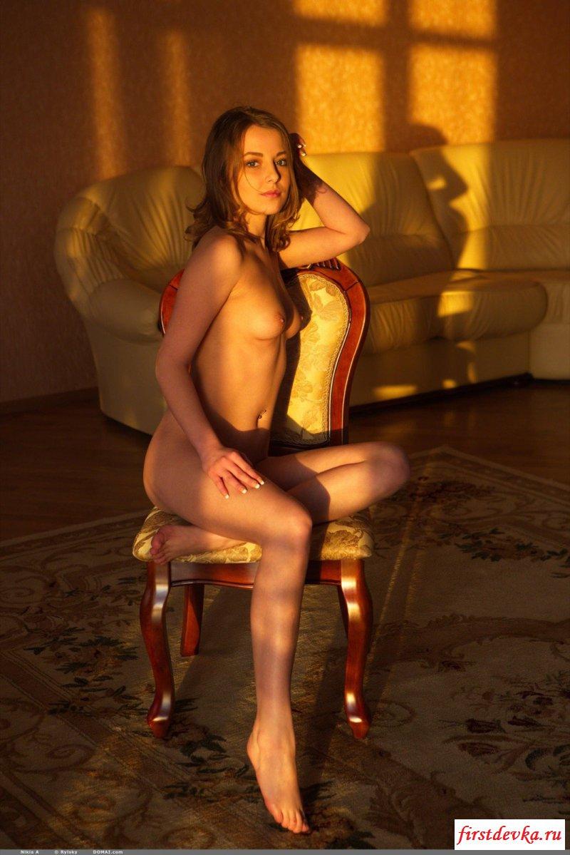 Сексуальная няшка позирует голая на стуле