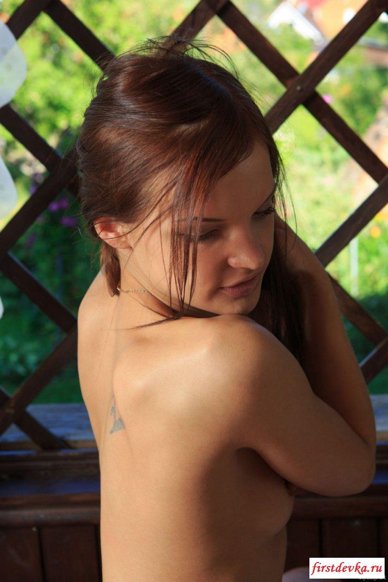 Няшка оголила бритый лобок секс фото