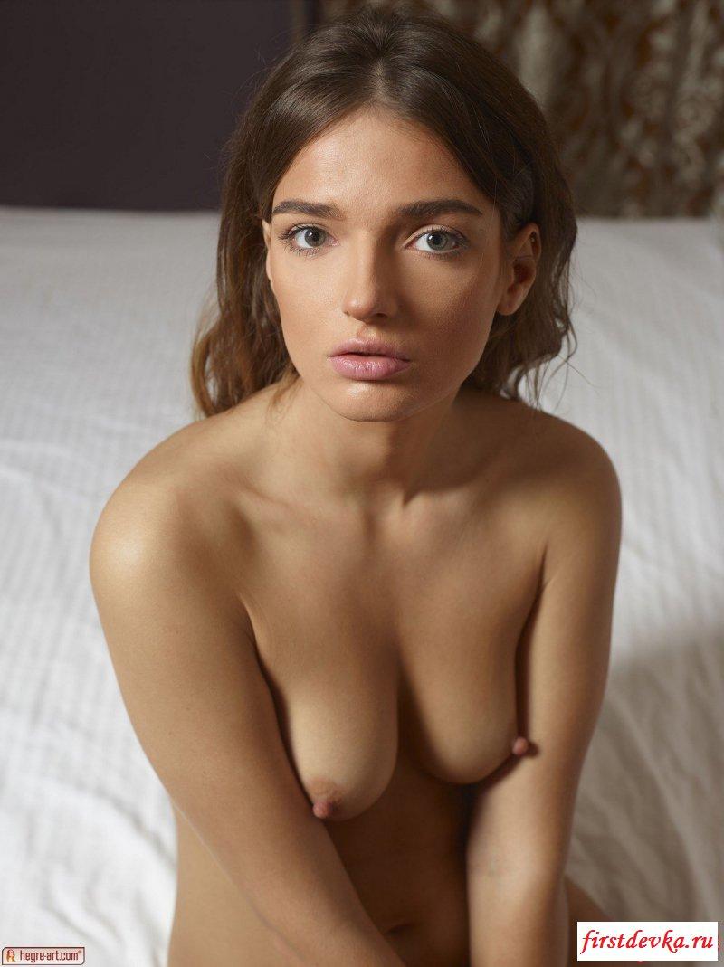Обнаженная девушка без нижнего белья восхищает жопой